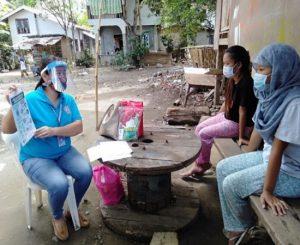 ポスターを使って予防教育に取り組むフィリピンダバオIPHCのスタッフ写真