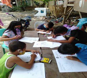 絵を描く子どもたちの写真